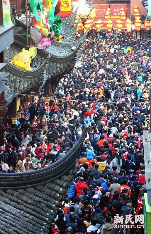 上海每逢过年最热闹的地方--豫园城隍庙里人山人海,就连周边的主要马路也是人潮涌动,车辆通行受阻。新民晚报杨建正 摄影报道