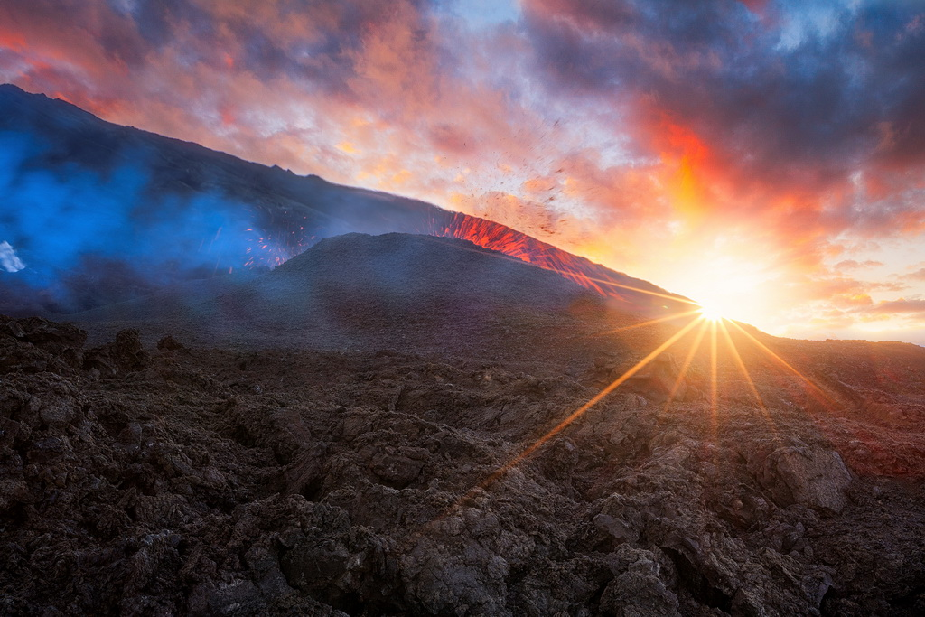 摄影师近距离拍摄喷发火山 岩浆汹涌如地狱一般