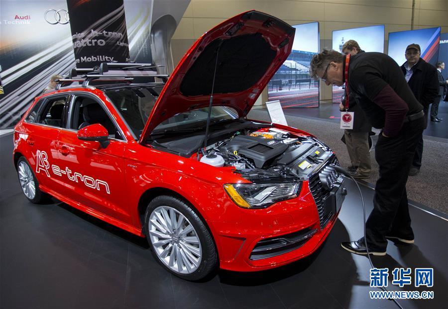 """加拿大国际汽车展:电动车在车展上为观众""""充电""""(高清)"""