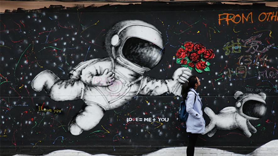 上海最浪漫道路涂鸦墙刚亮相就被无名画覆盖