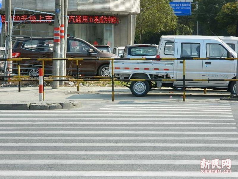 沪南公路:斑马线遭护栏围堵  市民过路险象环生