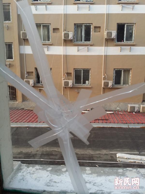 """龙吴路一小区惊现""""子弹飞"""" 两个月5户人家窗户遇袭"""