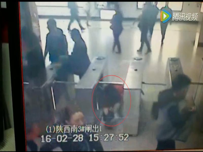 """金发女老外上海地铁""""钻闸机"""" 疑逃票被抓现行"""