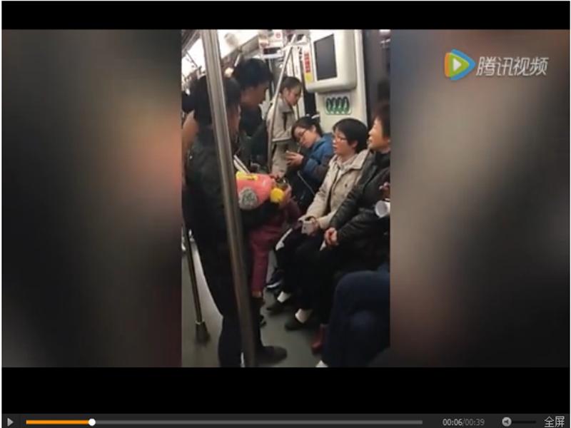 """网曝沪地铁乞讨者自称""""正大光明"""" 运营方:乞讨就是违法"""