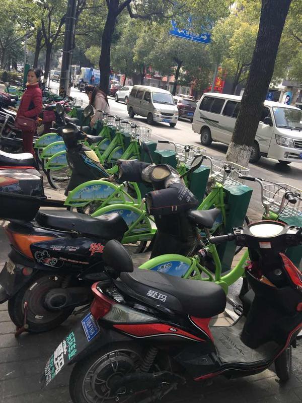 公共自行车停车位遭电动车占据       青浦区回应:本周整改