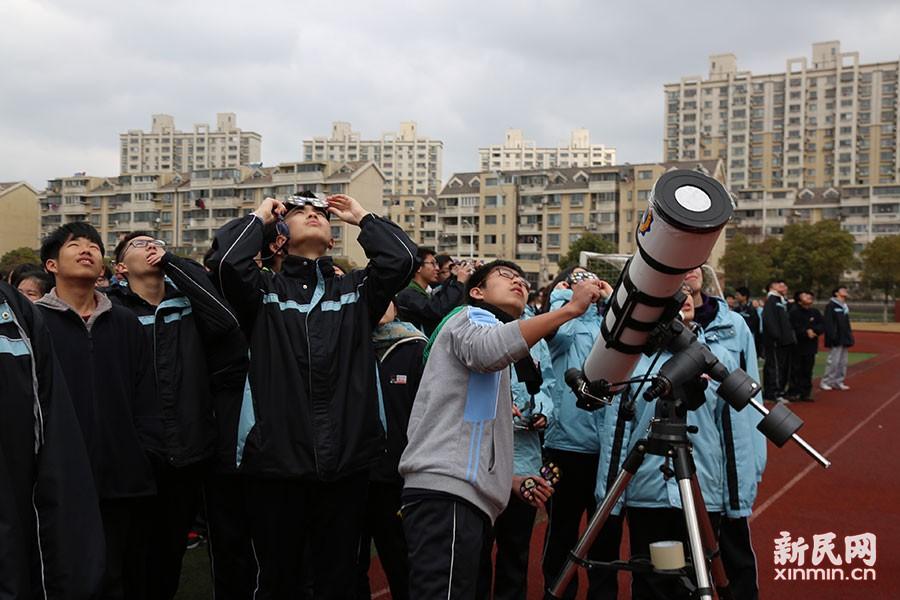 上南中学学生幸运拍下日偏食照片