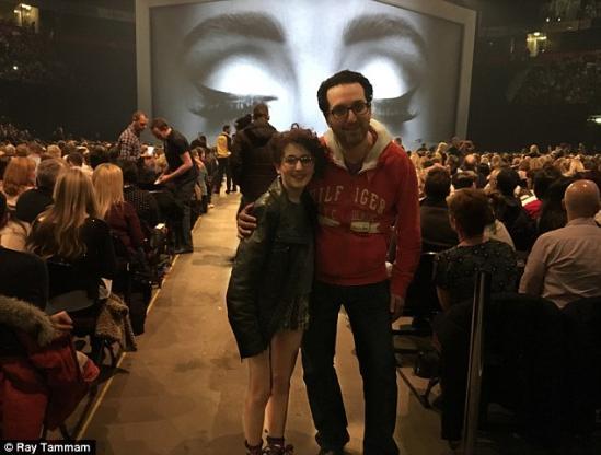 Adele演唱会邀请12岁超级粉丝同台演唱