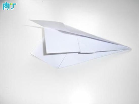 最远的纸飞机的折法图解教程一、制作牛头犬飞镖   1 将一张A4纸沿着长边中心对折,得到一条中线。   2 照着下图1所示,将一侧对称的两个角沿着中心对折。   3 如下图2所示,把纸翻过来将刚才折过的两个角再从中间折到中线。   4 将鼻部尖端向后折到如下图3所示的位置,使前段扁平。你也可以向相反的一侧折叠,两种方法效果是一样的。   5 将整个飞机沿着中线对折,见下图4。   6 最后将两个翅膀从中间的部位与整个机身中线平行对折,完成整个牛头犬飞镖的制作。