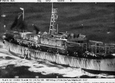 中国远洋渔船行驶在阿根廷丘布特省附近南大西洋海域.新华社发-