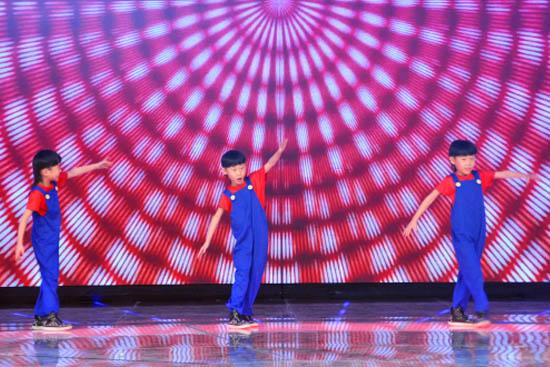 《幸福来敲门》三胞胎变身超级玛丽跳街舞