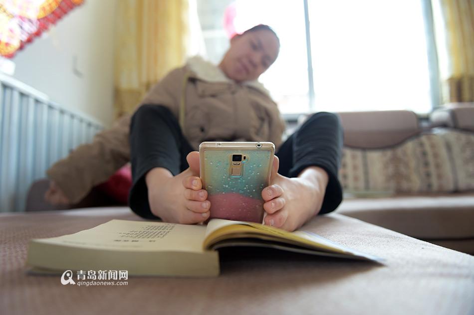 手机拍摄她的诗发给朋友们.-用脚写诗的青岛女孩 十年出书四本
