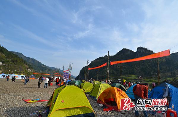 凤滩上,沙滩帐篷,放风筝,民歌对唱等狂欢活动进行.