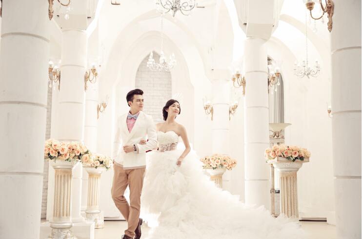 浪漫轻奢:拍摄中背景道具尽显富贵奢华,欧式宫廷装修,婚纱也尽量