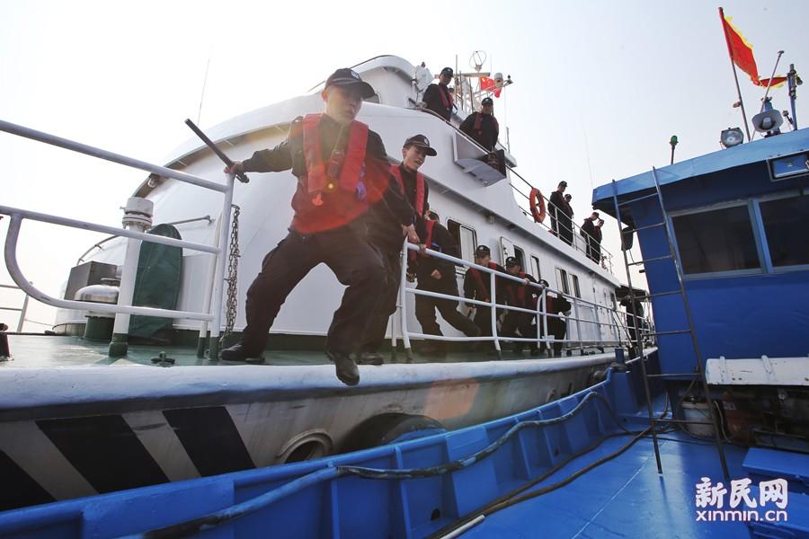 上海海警严控违法捕捞刀鱼