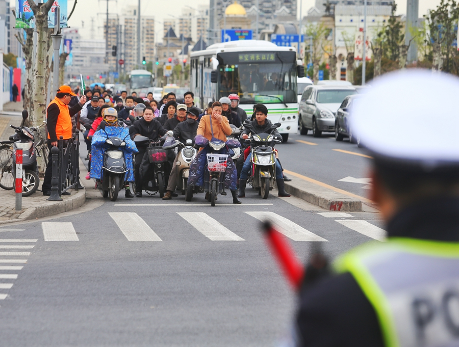 文明交通畅行申城 上海志愿者上街管马路