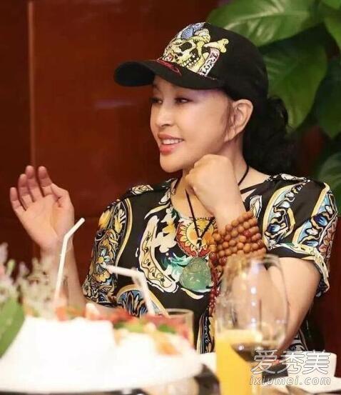 赵薇刘晓庆亲密合影 60岁刘晓庆素颜老态照不忍直视