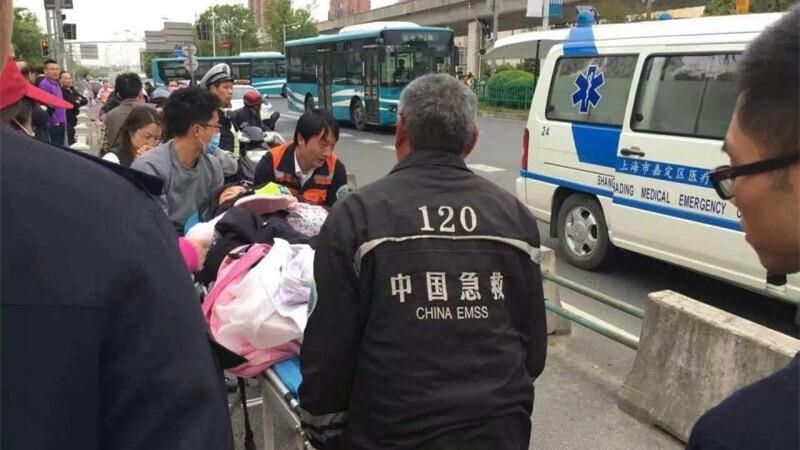 """上海一孕妇街头临盆警民搭""""临时产房"""" 终保母女平安"""