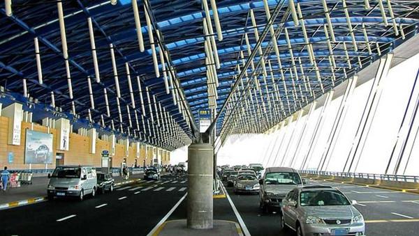 图说:上海浦东机场出发层外违法接客现象仍存在.网络图-上海 未载