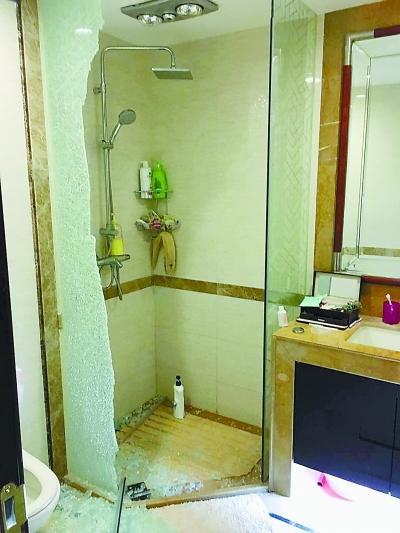 海淀一居民家中淋浴房炸成了玻璃碴