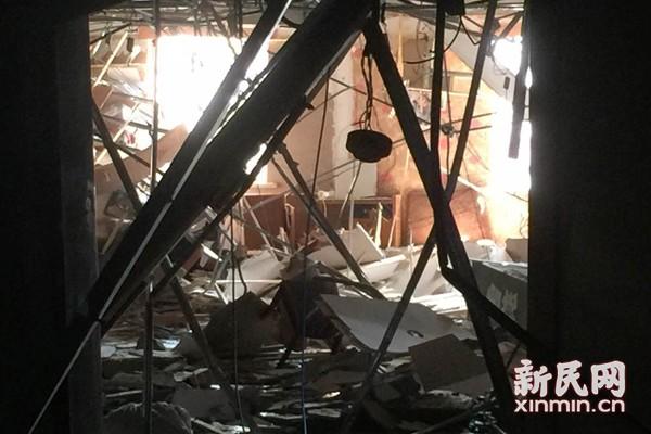 川沙路一酒店式公寓清晨发生爆燃 一人受伤送医