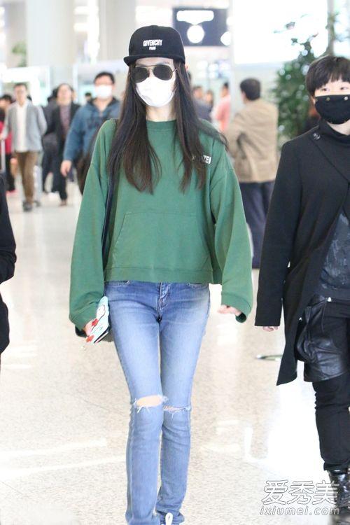 唐嫣身穿绿色宽松卫衣配破洞牛仔裤,韩范十足,青春减龄,瞬间年轻