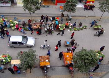 外来菜贩霸占小区每天分拣蔬菜
