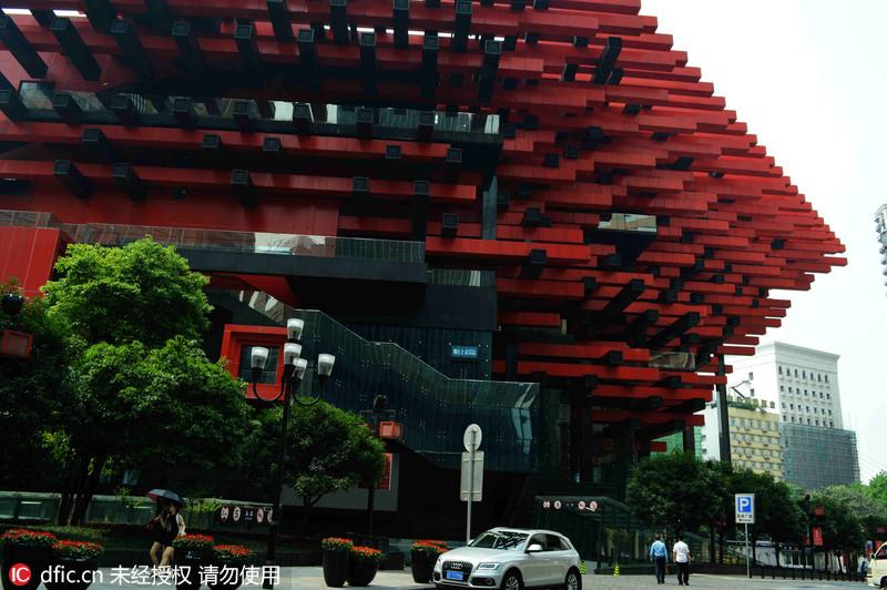 "[[img src=""http://image.xinmin.cn/2016/05/04/20160504072100701.jpg"" alt=""重庆ufo 被称筷子楼"">   2016年5月3日,重庆,一栋建筑外形酷似ufo,建筑周身拆满一根根筷子,被戏称为筷子楼。据了解,该建筑造型来源于重庆湖广会馆中的多重斗拱构件,是全国闻名的猴赛雷建筑之一。何渝/ [[img src=""http://image."