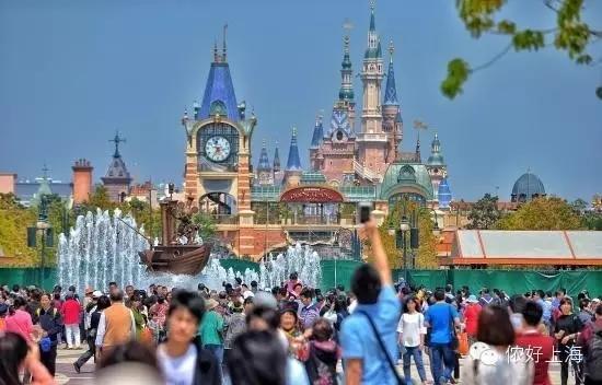 上海迪士尼小镇惨遭刻字!