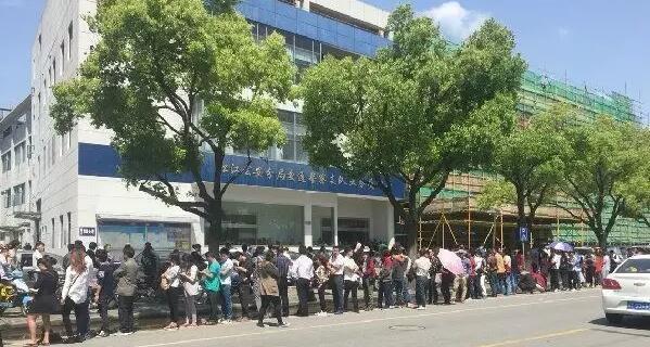 上海人又开始排队了!这次是为交罚单!