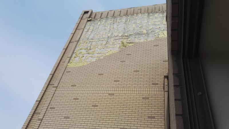 宝山紫辰苑十几平米外墙从天而降,业主吓傻,以为地震