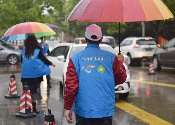 七旬老爷爷八年护学路  风雨无阻志愿疏导交通
