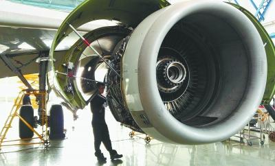 维修人员在检修飞机发动机.邓晶琎