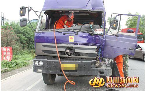 驶员进行救援(成都消防供图)-新都区货运大道三车追尾一人被困 高清图片