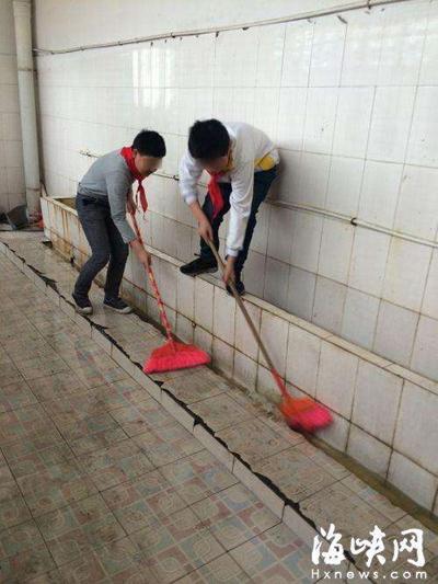 小学要求学生扫厕所 校方:锻炼劳动能力