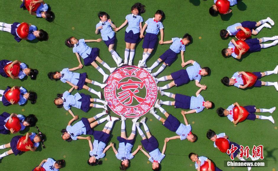 幼儿园小朋友创意毕业照 造型不输大学生图片