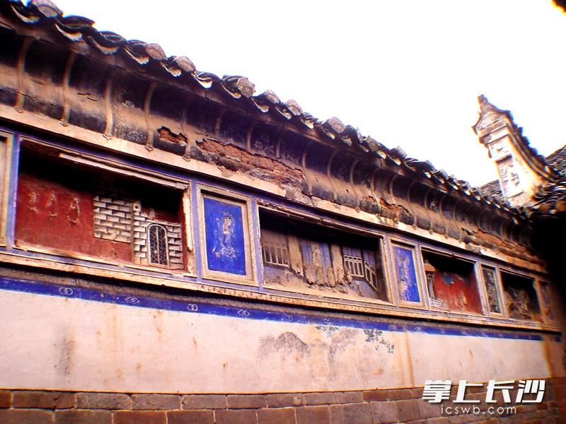老屋虽破落不堪仍气势恢弘,小青瓦屋面,精美的木雕饰件,古老的天井