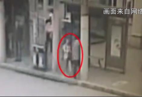 网传沪一女孩校门口险被强拉拖走 虹口警方:实为谣言