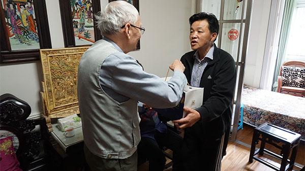 扶起老人还垫付医药费  83岁老伯寻到好心人