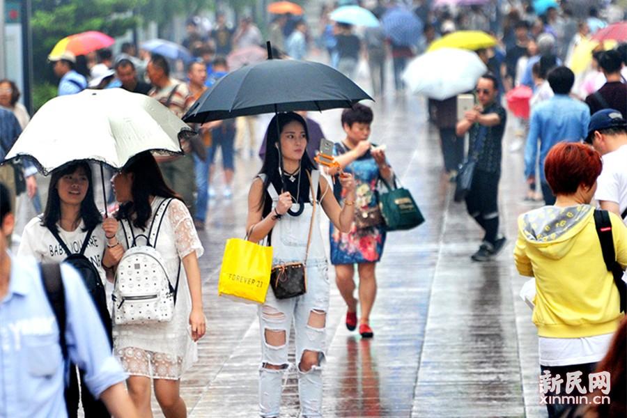 图为绵绵细雨中,南京路步行街上伞花朵朵。新民晚报通讯员 杨建正 摄