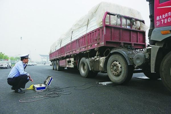 """1小时6起!警方高速整治货运车违法""""三超"""""""