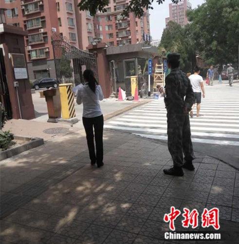 北京一小区保安穿军装站岗 物业公司拒绝回应