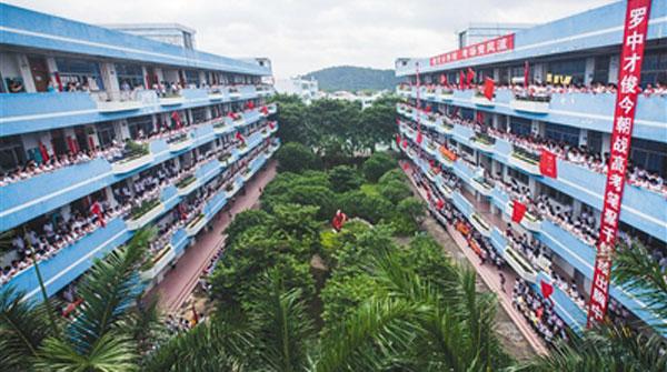 重庆两千学生为减压砸1吨西瓜 主办方:比烂在