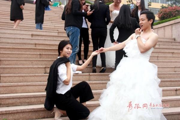 备给班里女生租婚纱,女生们则认为以后结婚都有机会穿婚纱,想把