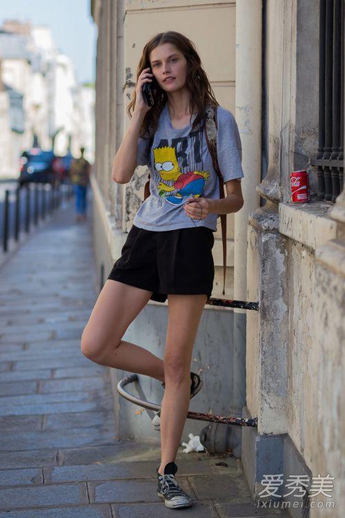 卡通t恤配黑色热裤和帆布鞋,可爱休闲的look,舒服又清凉,简直是夏天