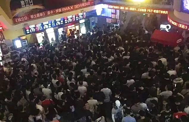 今天凌晨的上海电影院都是这样的。。。