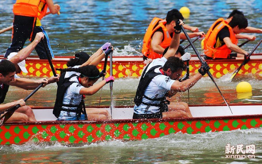 飞桨逐浪 龙舟竞渡 苏州河城市龙舟国际邀请赛举行