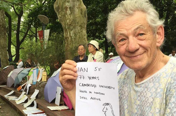 甘道夫现身上海人民公园相亲角!自称伦敦有房!