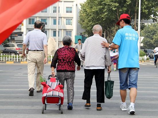 曹杨新村一83岁老人摔倒 邻里相助垫药费义无反顾