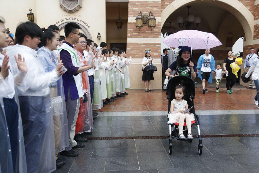 上海迪士尼今正式迎来第一批游客