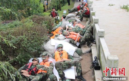 江西昌江超警戒水位 战士彻夜救援和衣而卧